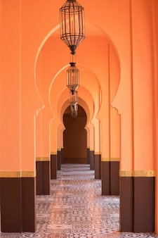 オレンジ色の砂のアラビア風モロッコスタイルの廊下の背景