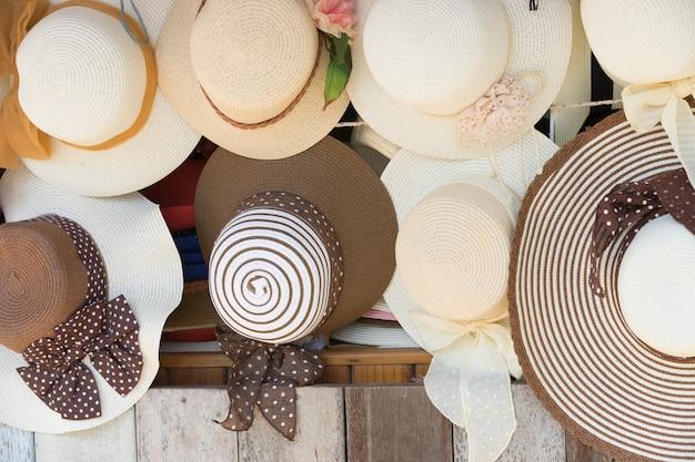 販売のための麦わら帽子、壁に掛かっています。