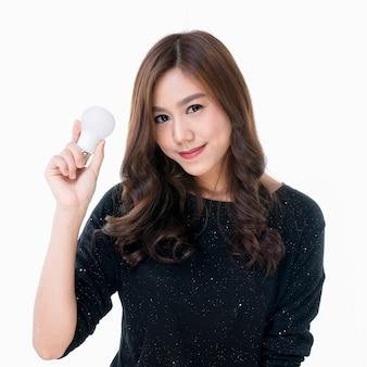 Женщина с лампочкой в руке