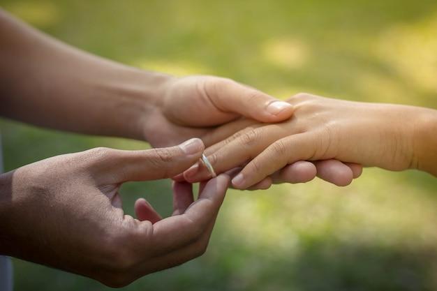 指に指輪を置く人