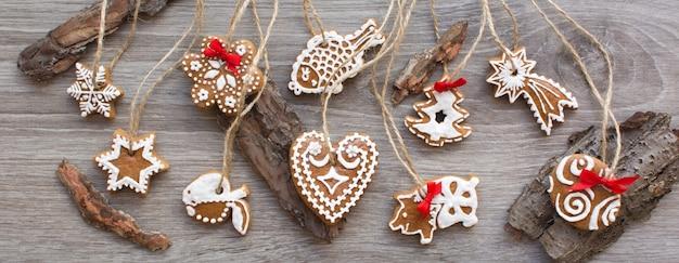 木製の背景にクリスマスシナモンジンジャーブレッドの束の航空ショット