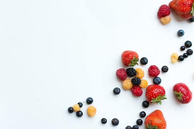 白い背景にカラフルな健康な新鮮な果実の空撮