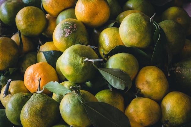 Азиатские зеленые оранжевые мандарины