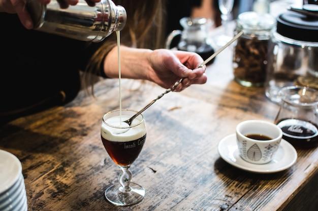 Бармен готовят кофейный напиток