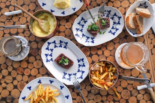 ビーフステーキ、フライドポテトとマッシュポテト