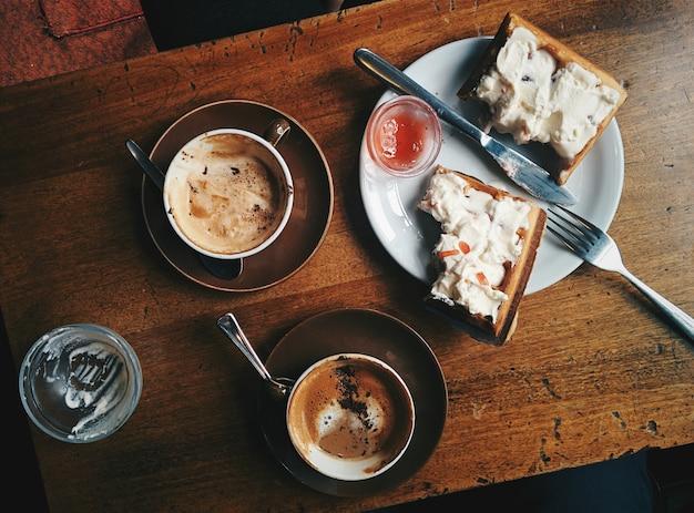 ワッフルとカプチーノでコーヒーブレーク