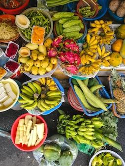 Красочное сочетание тропических фруктов