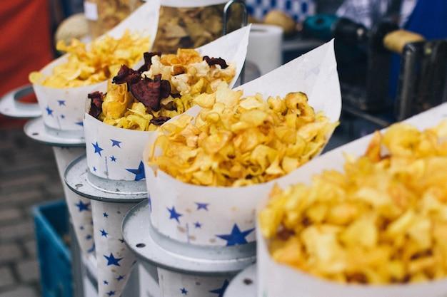 市場で揚げられたチップのコルネッツ
