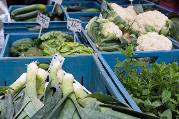 市場での緑色の野菜の箱