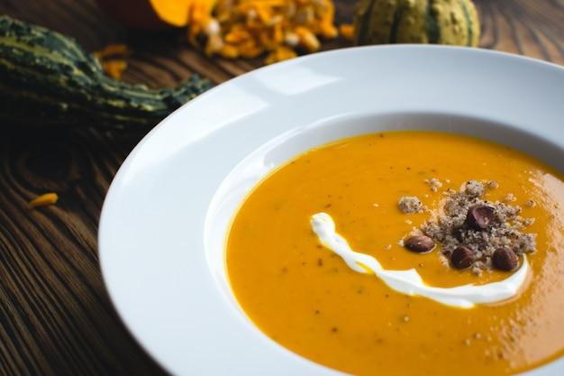 クリーミーなカボチャのスープ、クリームとヘーゼルナッツ