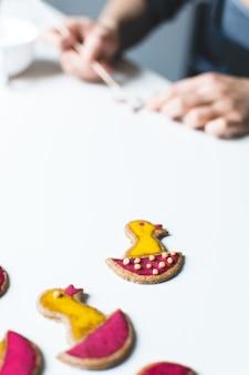 イースタージンジャーブレッドのクッキーを飾る