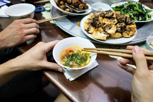 ベトナムの魚のスープを食べる
