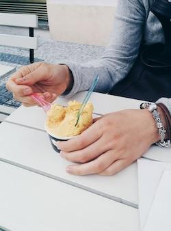 柔らかいアイスクリームを外で楽しむ