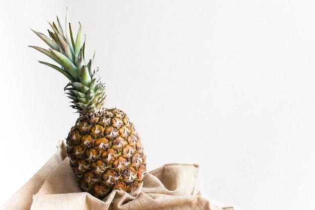 白い背景と新鮮なファンキーなパイナップル