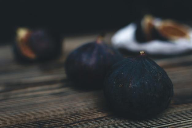木製の背景に新鮮な熟したイチジク