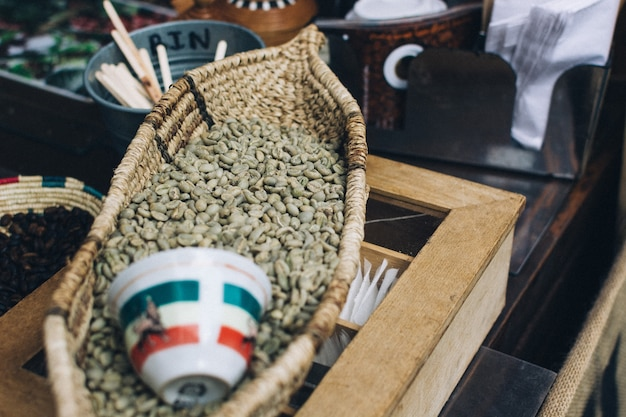 バスケットの中の緑色のコーヒー豆