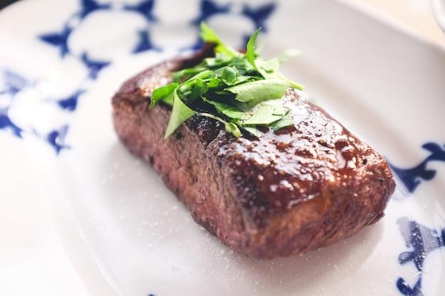 焼き肉のステーキとハーブ