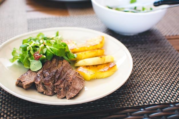 焼き牛肉ステーキ、ローストパイナップル