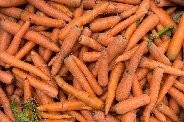 Собранная морковь на рынке