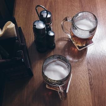 レストランでビールを持っている