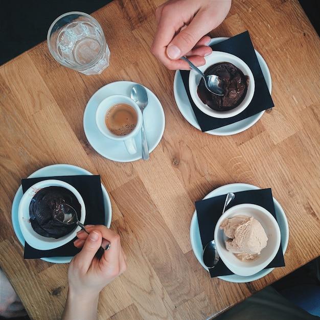 友達とコーヒーとアイスクリームを持っている