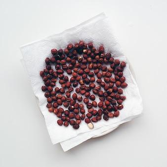 紙の組織上で乾燥するヘーゼルナッツ
