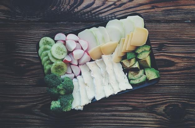 Смешать различные овощи и сыр