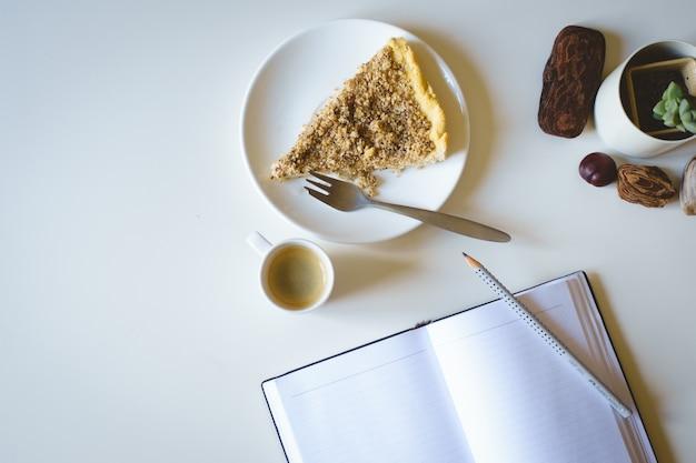 ケーキとコーヒーの朝ジャーナル
