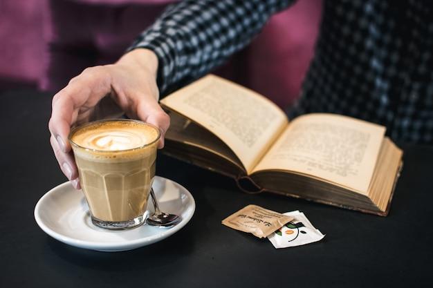 平らな白い飲みながら本を読む