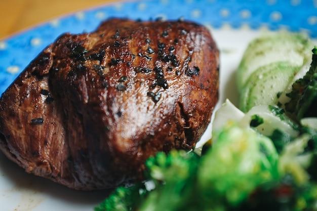 牛肉ステーキと野菜を焼いたもの
