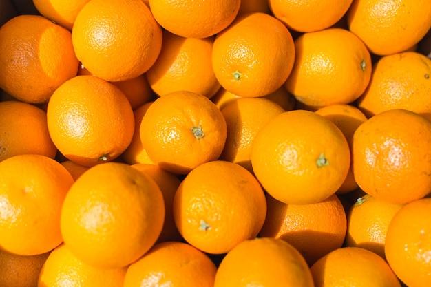 光沢のあるオレンジ色の空中