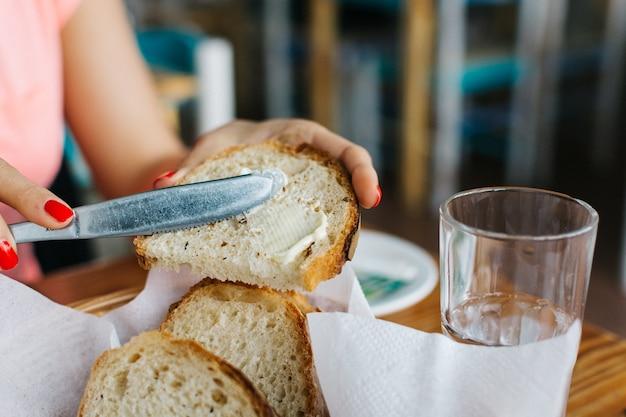 バター付きの簡単なパン