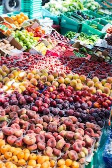 農家の市場におけるフルーツ