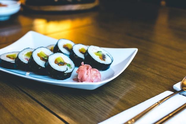 Традиционные корейские рисовые рулеты «гимбап» с ферментированными овощами