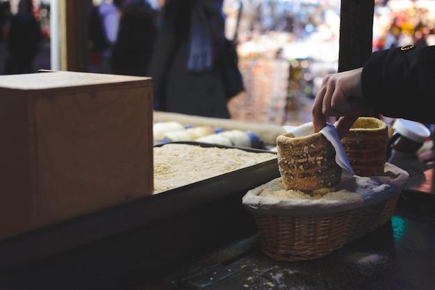 Торт тордель на пражском рождественском рынке