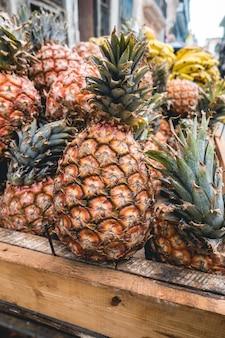 Тропические ананасы в ящике