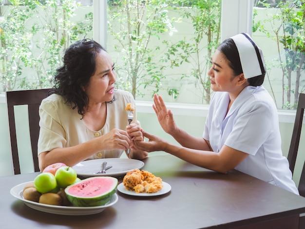 看護師は、高齢者がフライドチキンを食べることを許可されていません。