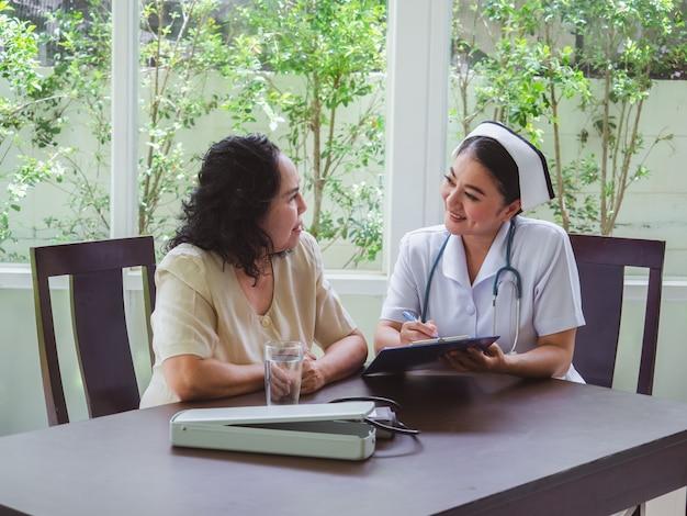 看護師は高齢者の歴史について尋ねています。