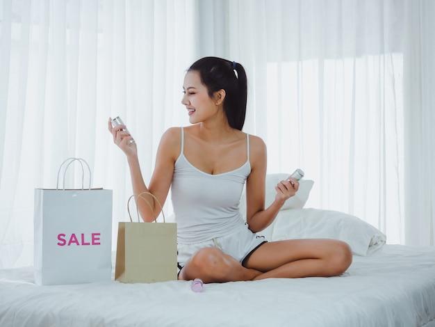 女性は買い物に行く化粧品を見ています