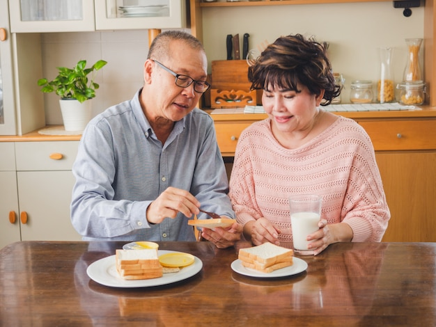 老夫婦は一緒に朝食を食べています