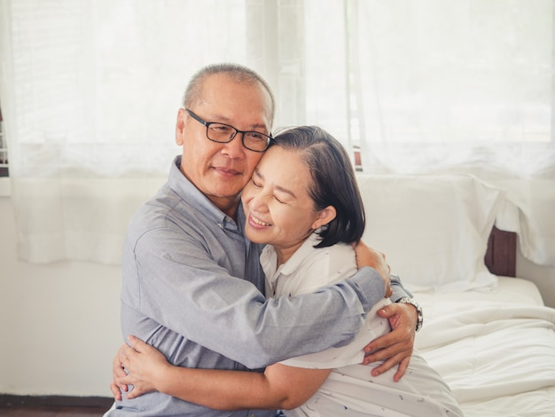 Старые пары проявляют любовь друг к другу, старик обнимает старшую женщину