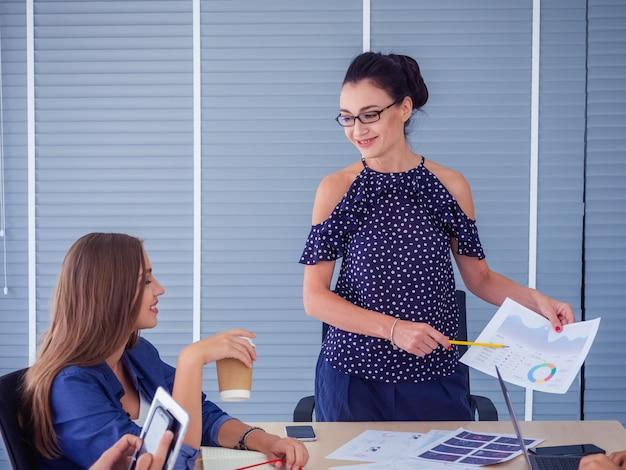 Деловые люди работают вместе и встречаются, чтобы обсудить ситуацию на бизнес, бизнес-концепции
