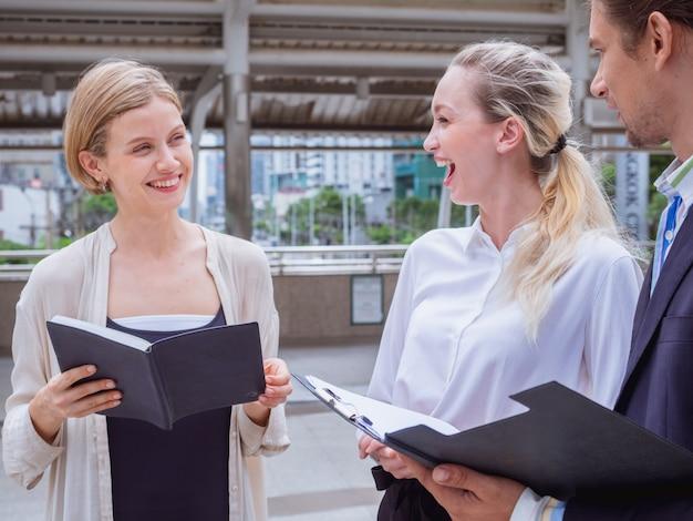 ビジネスの人々は、オフィスの外で話している、屋外の会議