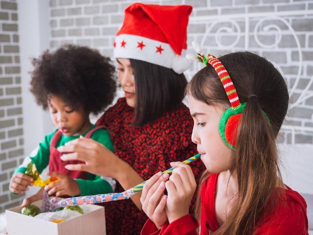 メリークリスマスと国際的な人々との幸せな休日、家でクリスマスを祝う子供たち