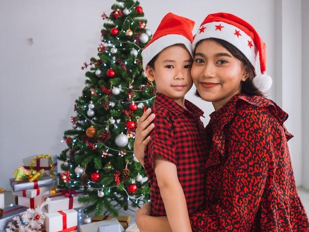 Азиатская семья празднует рождество в доме