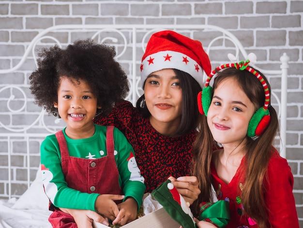 Счастливого рождества и счастливого праздника с иностранцами, дети празднуют рождество в доме