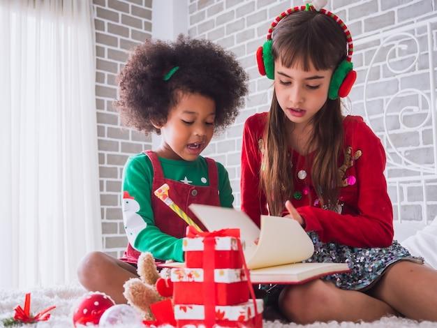 国際的な子供とのメリークリスマスとハッピーホリデー