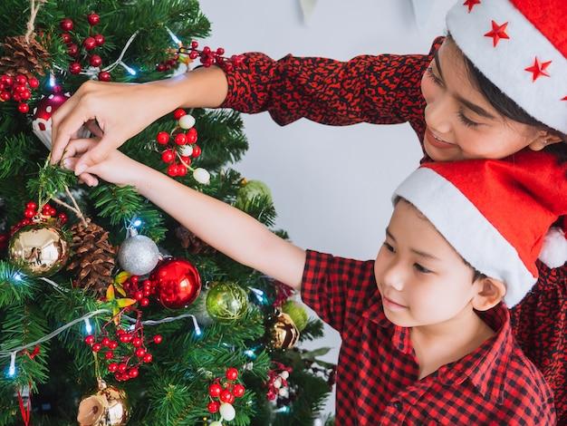 家でクリスマスを祝うアジアの家族