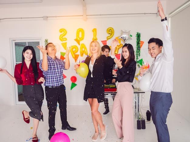 家庭でパーティーを楽しむグループ、仕事後のパーティー