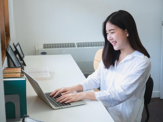 若い、アジア人、女、部屋、コンピュータ、仕事